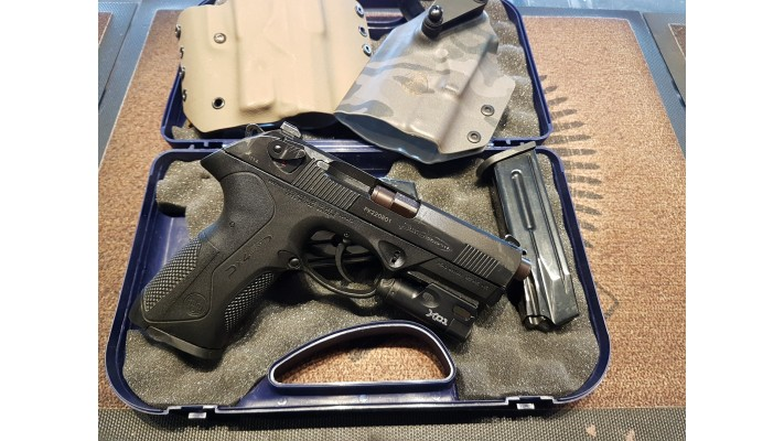 Beretta PX4 Storm, 9mm, 4 chargeurs, 2 holster, 1 Surefire XC1 Used -